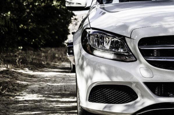 การดูแลรถสีขาว